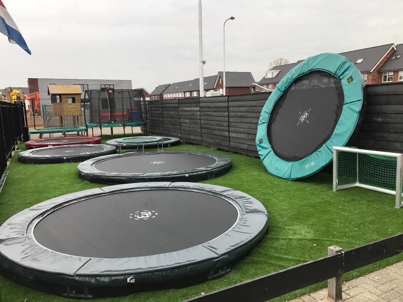 trampolines bij winkel in Kootwijkerbroek